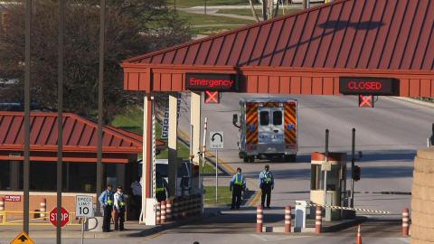 Une ambulance passe la porte de la base de Fort Hood.