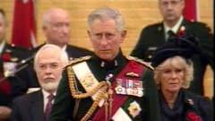 Le prince Charles est reçu par le régiment Black Watch.
