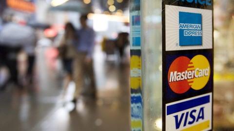 Trois grandes cartes de crédit.