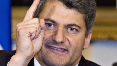 Gérard Deltell, nouveau chef désigné de l'ADQ, en point de presse. À l'arrière, François Bonnardel.