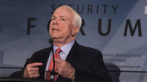 John McCain, en marge du Forum sur la sécurité internationale d'Halifax