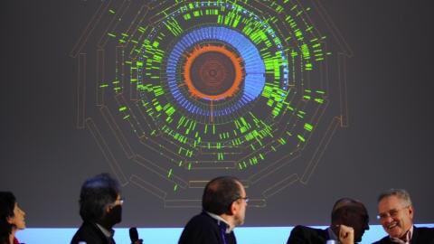 Des scientifiques du CERN regardent sur un écran le premier choc des patricules.