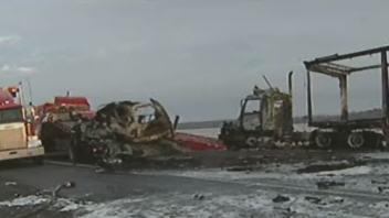 Sous la force de l'impact, les deux véhicules ont pris feu.