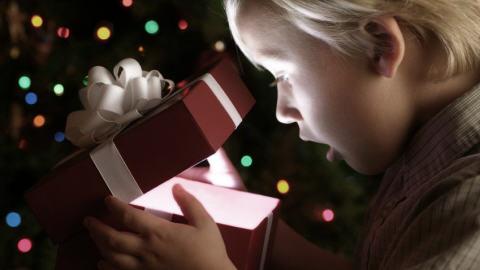 Un garcon reçoit un cadeau