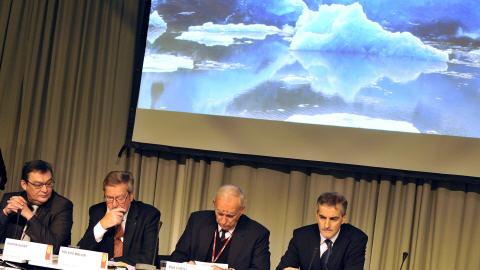Des ministres de l'Environnement écoutent un exposé sur la fonte des glaces.