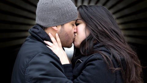 Des adolescents s'embrassent.