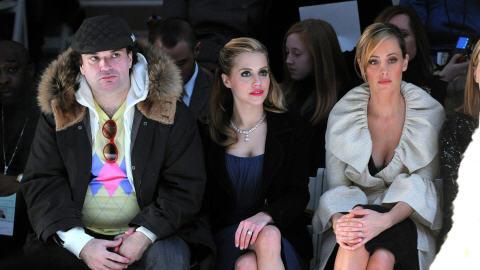 Brittany Murphy, au centre, assiste au défilé de la collection d'automne 2008 de Monique Lhuillier, entourée de son mari, Simon Monjack, et de l'actrice Kim Raver.