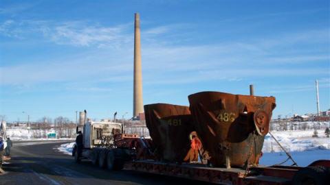 Un camion transportant de l'équipement destiné à la fonderie de Vale Inco arrive au piquet