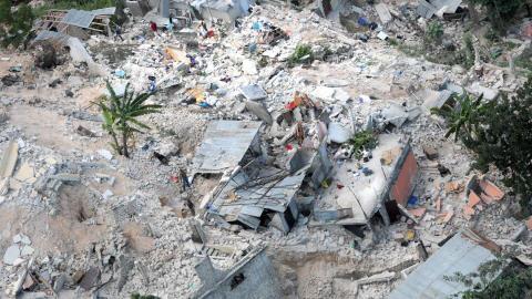 Un quartier de Port-au-Prince est totalement dévasté par le séisme.