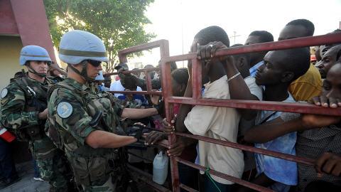 Des Haïtiens attendent de recevoir de la nourriture des Nations-unies, à Port-au-Prince, le 17 janvier 2009.