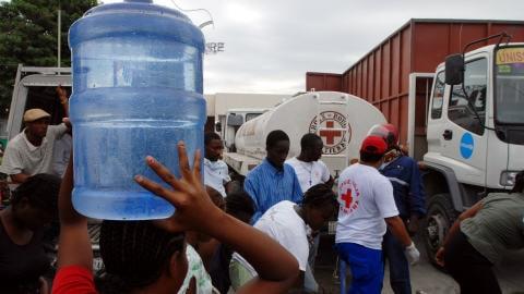 La Croix-Rouge distribue de l'eau à Port-au-Prince
