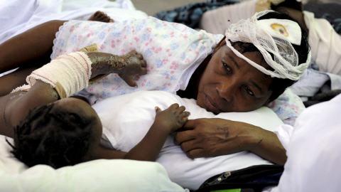 Des victimes du tremblement de terre en Haïti à l'hôpital Choscal.