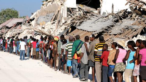 Des Haïtiens font la file à un point de distribution d'aide des Nations unies à Port-au-Prince, le 22 janvier 2010.