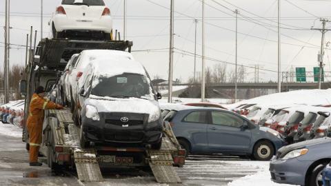 Une livraison de Toyota chez un concessionnaire de Québec le 27 janvier 2010