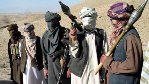 Des talibans posent avec leurs armes dans la province de Zaboul, au sud-est de Kaboul, en 2006.