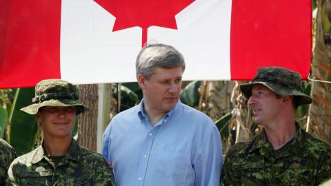 Stephen Harper en compagnie de militaires canadiens à Jacmel.