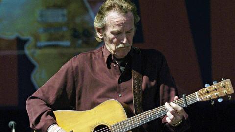 Gordon Lightfoot en spectacle en 2005, à Barrie, en Ontario