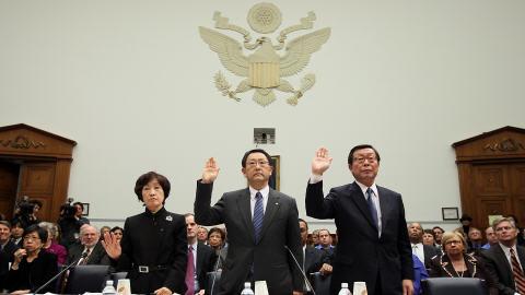 Le PDG de Toyota, Akio Toyoda (au centre), le PDG de la division américaine, Yoshiumi Inaba (à droite) et une interprète (à gauche) devant le Congrès américain