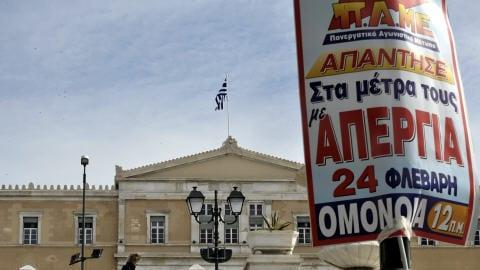 Une affiche appelant à la grève devant le Parlement grec.