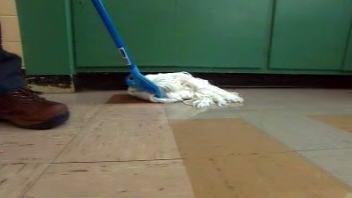 Serpillère passée sur un plancher d'école