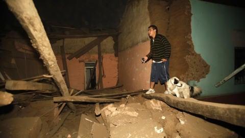 Un résidant de Talca, au Chili, marche dans des décombres, après le tremblement de terre.
