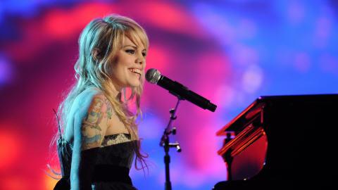 Coeur de Pirate sur scène à Paris, lors des Victoires de la musique 2010.