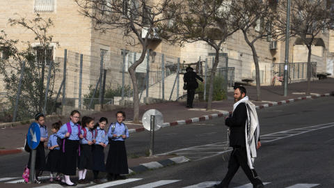 Des écoliers dans la colonie de Ramat Shlomo où le gouvernement a autorisé la construction de nouveaux logements.