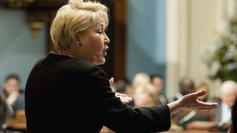Pauline Marois interpelle le premier ministre Charest à l'Assemblée nationale.