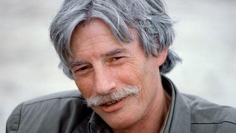 Le chanteur français Jean Ferrat, en 1988, à Antraigues-sur-Volane, un petit village en Ardèche où il s'est installé avec sa femme en 1973.