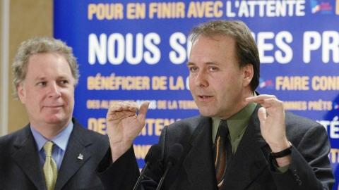 Marc Bellemare, alors qu'il faisait campagne sous la bannière libérale, en 2003, avec à ses côtés le premier ministre Charest