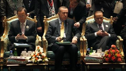 Le secrétaire général de l'ONU, Ban Ki-Moon, le premier ministre turc, Recep Tayyip Erdogan, et le premier ministre italien, Silvio Berlusconi (de gauche à droite)