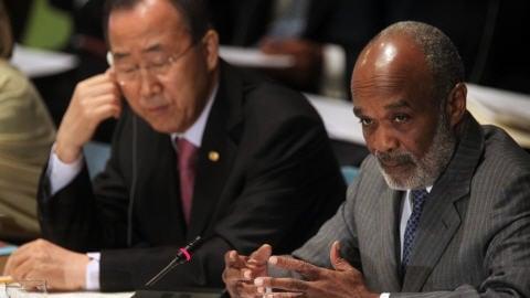 Le président haïtien René Préval (à droite) et le secrétaire général de l'ONU, Ban Ki-moon