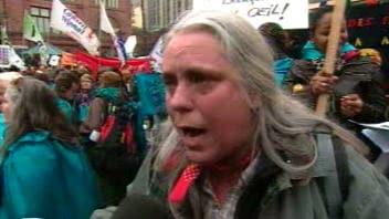 «Quand on diminue les services publics, ce sont les femmes qui en paient le prix», dénonce Manon Massé, travailleuse au Centre des femmes de Laval.