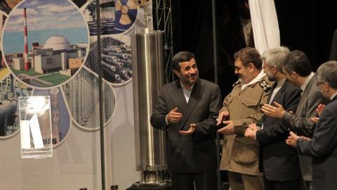 Le président Ahmadinejad dévoile la nouvelle centrifugeuse.