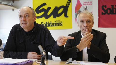 Le secrétaire national du syndicat SUD Patrick Ackerman s'exprime aux côtés de l'avocat Jean-Paul Teissoniere.
