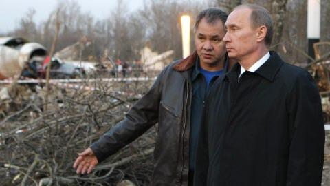 Le premier ministre russe Vladimir Poutine et le ministre russe des situations d'urgence, Sergueï Choïguou visitent le site de l'écrasement.