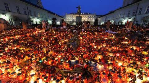 Une mer de bougies en face du palais présidentiel, à Varsovie, au petit matin, le 11 avril 2010.
