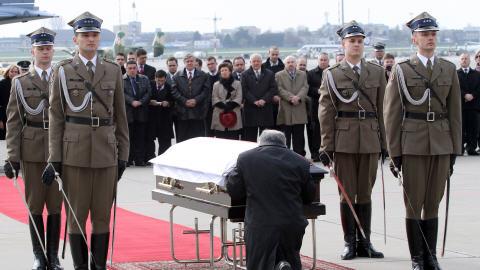 Jaroslaw Kaczynsk agenouillé devant le cercueil de son frère, à Varsovie