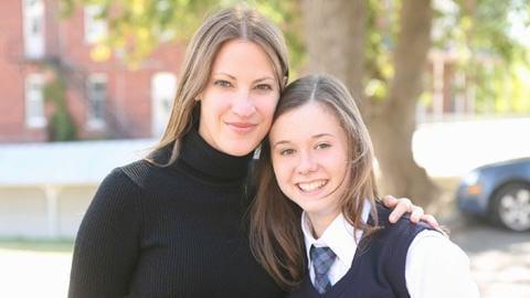 India Desjardins, auteure de la série, et Marianne Verville, qui incarne Aurélie Laflamme dans le film.