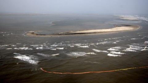 Photo prise d'un hélicoptère, à Port Eads, en Louisiane. Des barrières flottantes ont été installées pour tenter de protéger les côtes.