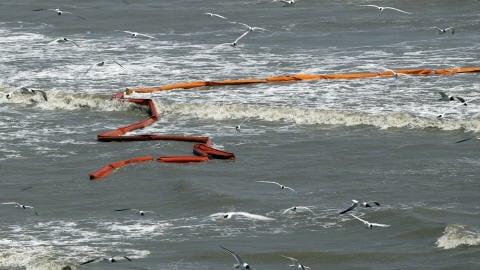 Des barrières flottantes mises en place pour empêcher la nappe de pétrole d'atteindre les côtes de la Louisiane n'ont pas tenu.