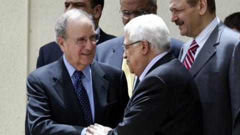 George Mitchell (gauche) et Mahmoud Abbas, le 9 mai 2010