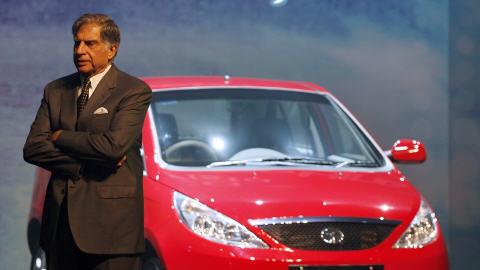 Le PDG de Tata Motors, Ratan Tata, devant un modèle similaire à celui équipé d'un moteur d'Hydro-Québec