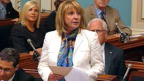 La ministre Christine St-Pierre lors du dépôt du projet de loi 103 à l'Assemblée nationale.