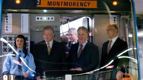 Gilles Vaillancourt, maire de Laval, Jean Charest, premier ministre du Québec, et Gérald Tremblay, maire de Montréal, lors de l'inauguration des stations de métro de Laval, le 26 avril 2007