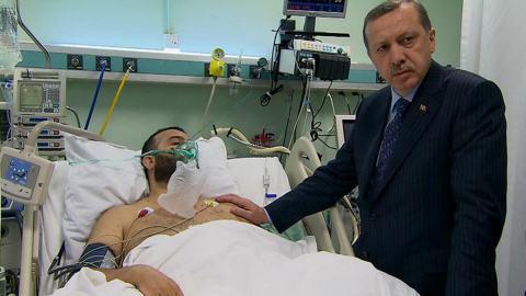 Le premier ministre turc rendant visite à l'un des blessés lors de l'assaut de l'armée israélienne.