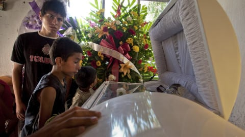 La famille du jeune Sergio Adrian Hernan se recueille devant son cercueil.