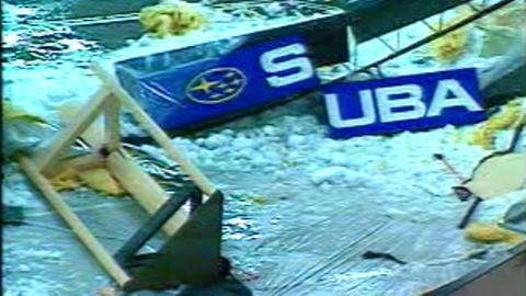 Environ 1650 tonnes de neige sont tombées dans le stade olympique après une déchirure de la toile en 1998.