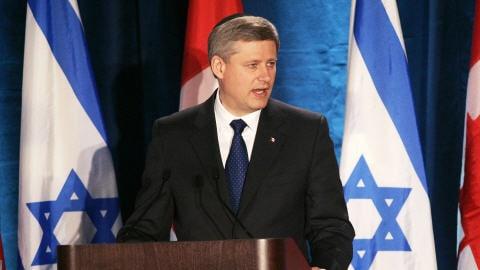 Le PM Harper prononçant un discours devant des membres du Congrès juif canadien dans une synagogue de Toronto.