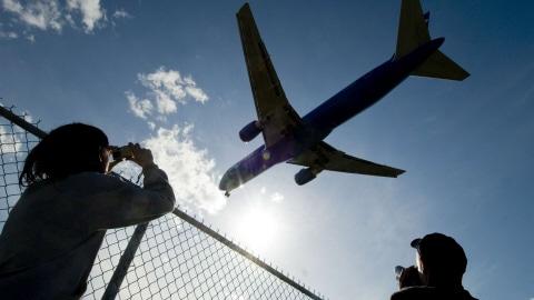 Un avion atterrit à l'aéroport de Montréal.